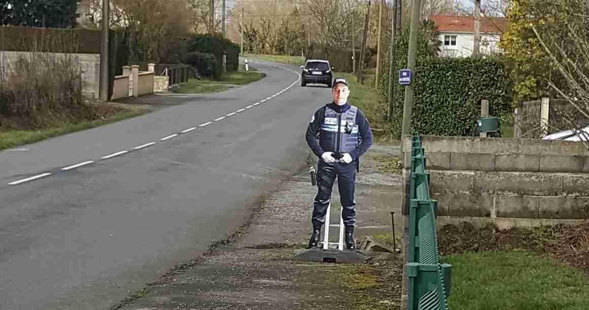Faux policier installé sur l'Avenue de la Barotière aux Herbiers. Photo© PM Les Herbiers / Info Trafic 17